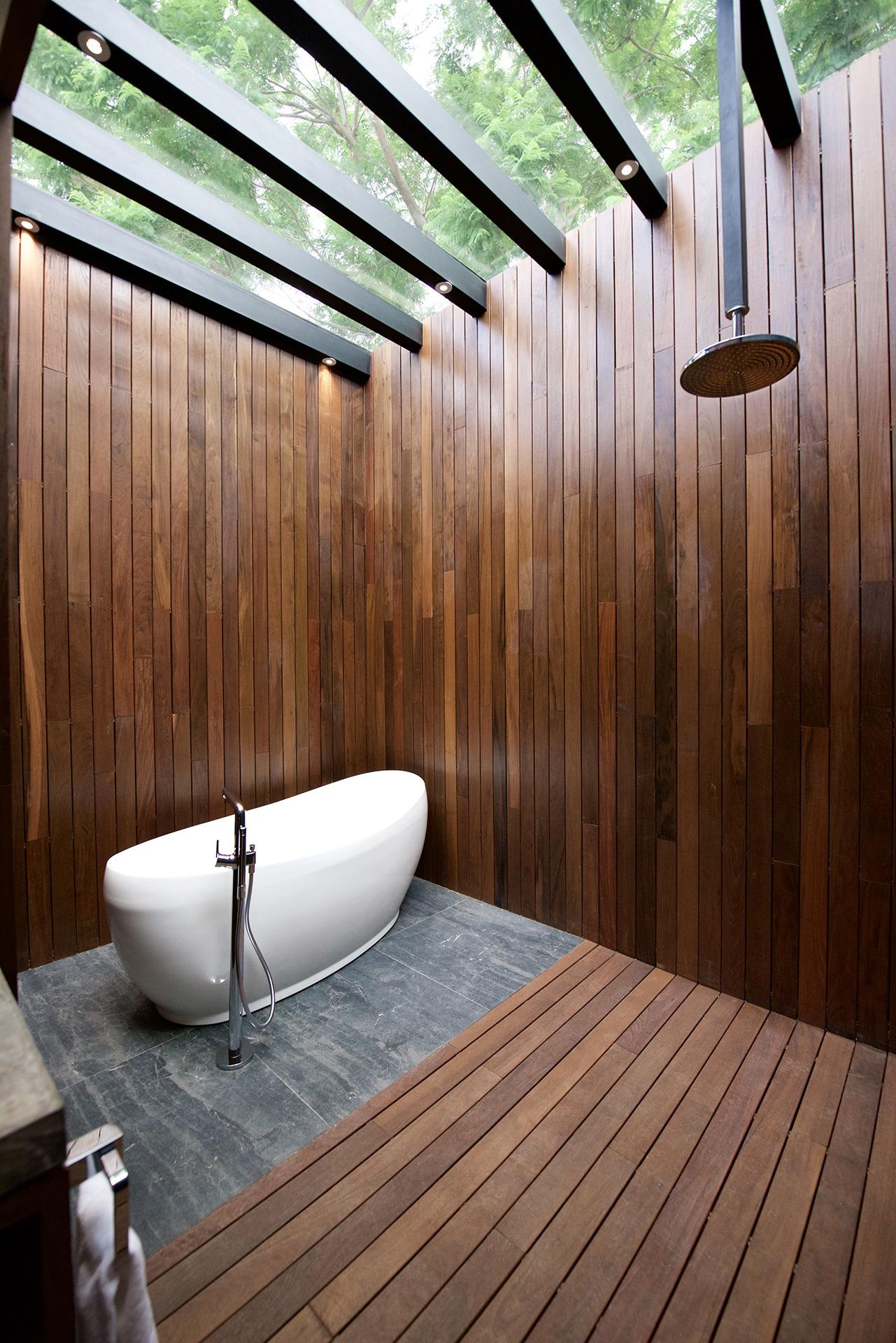 Villas Tres Marías - baño principal con tina diseñado por Alvaluz | alvaluz.com